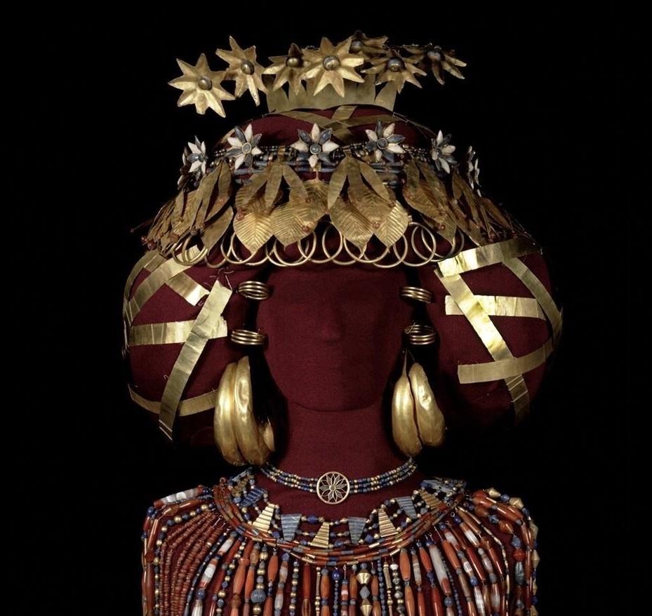 Puabi'nin altın yapraklardan, halkalardan ve plakalardan yapılmış başlığı